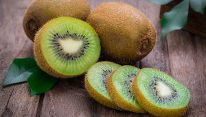 cuales son algunos beneficios del kiwi